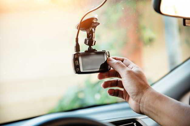 ludzka-reka-dotyka-kamery-samochodowej-cctv-aby-sprawdzic-system-przed-uzyciem_43403-398